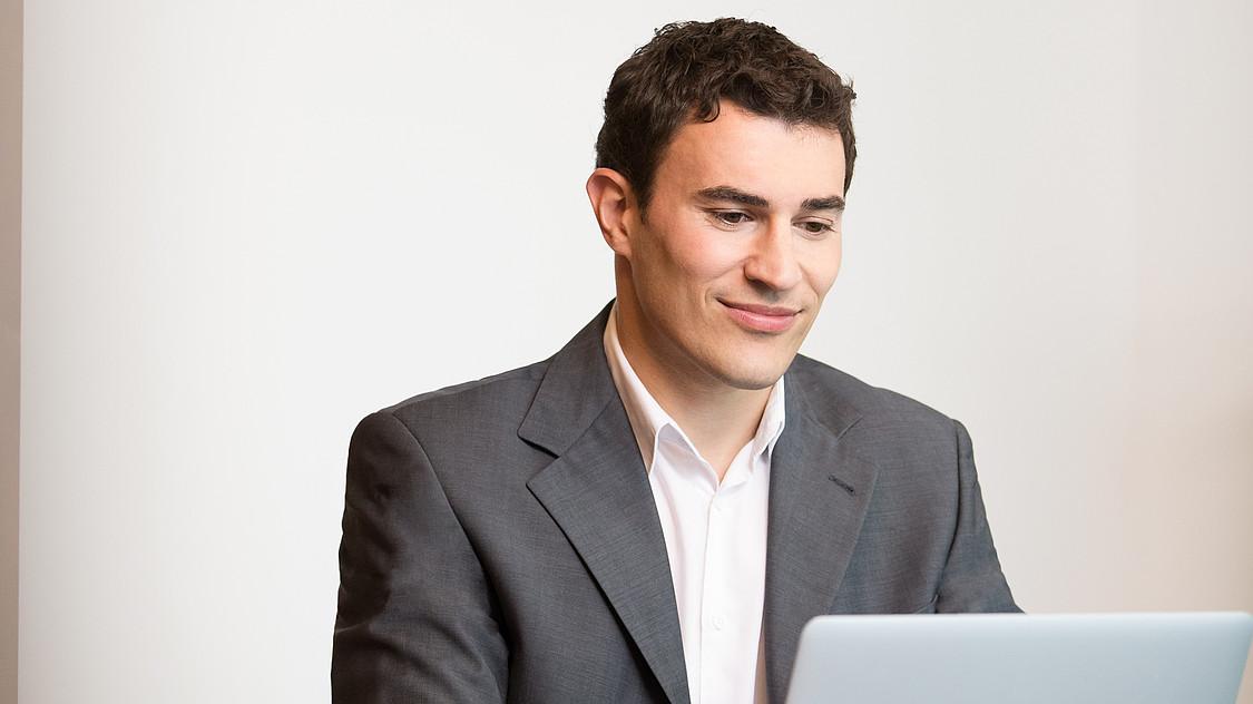 OVB Portrait: Mann arbeitet am Laptop