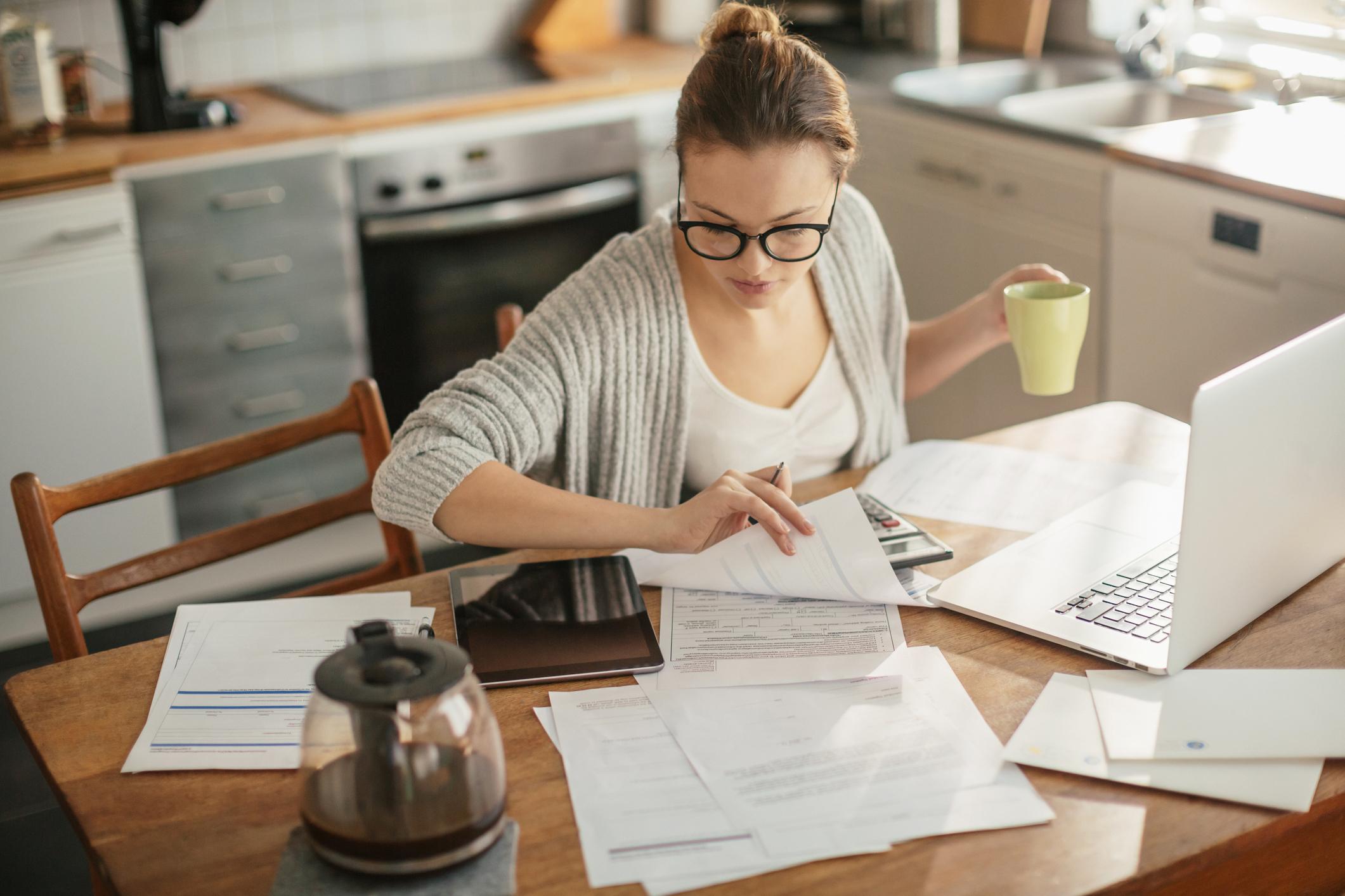 Frau checkt Versicherungsunterlagen