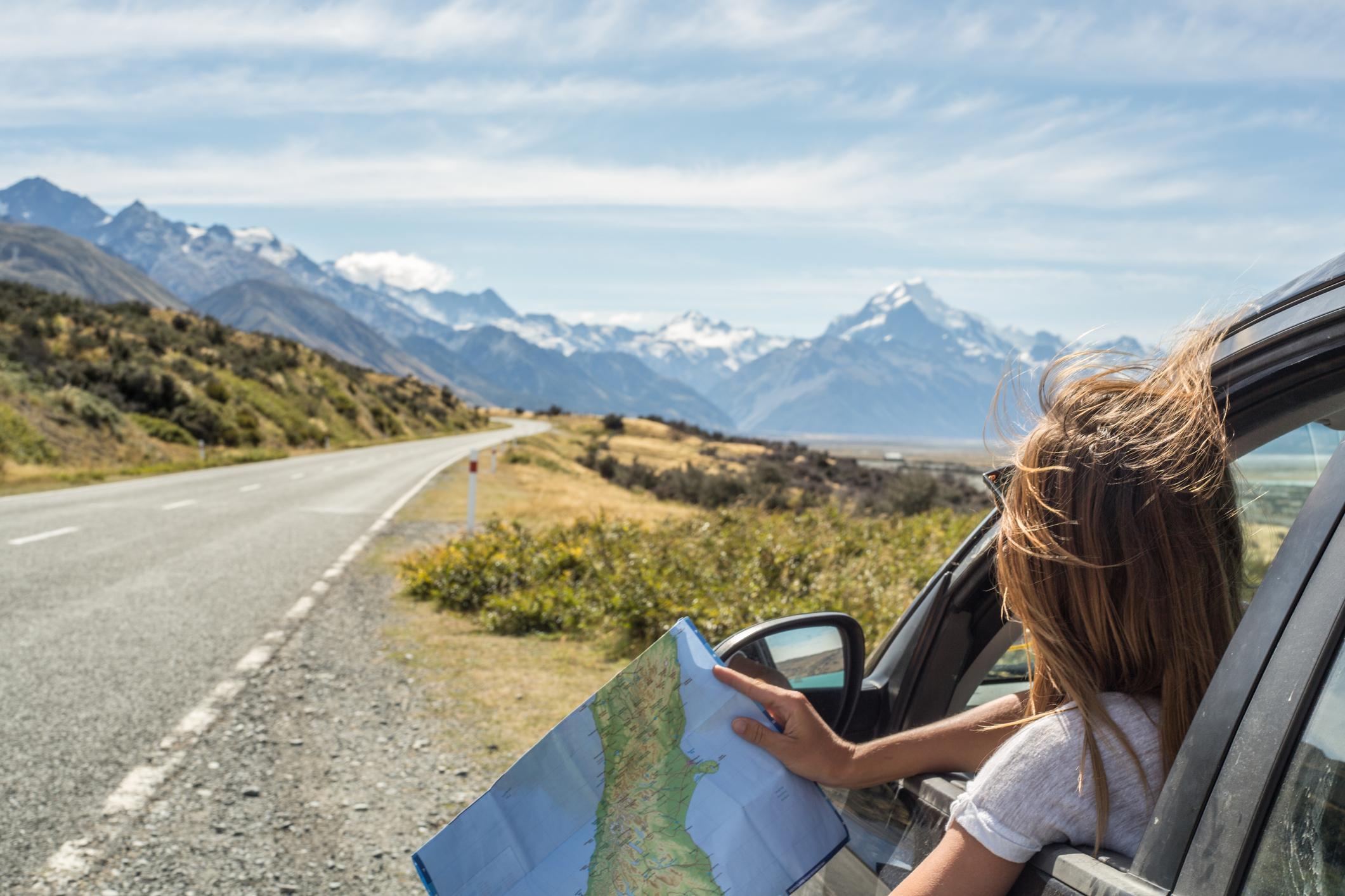 Auslandsaufenthalt: Frau im Auto sucht den Weg